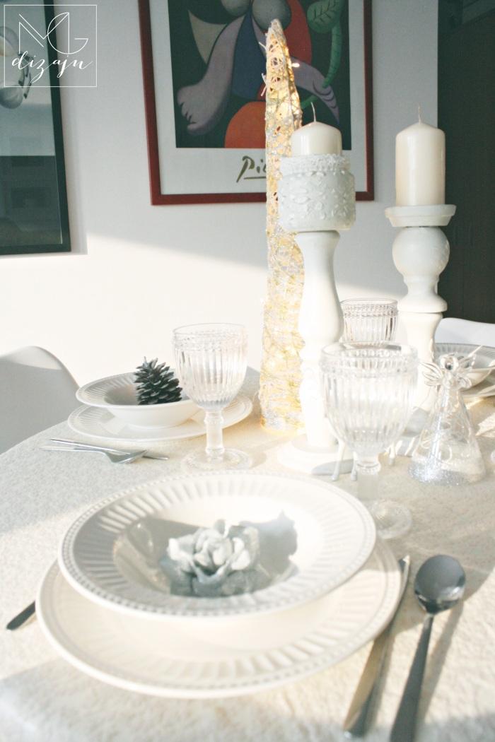 novogodisnja dekoracija trpeze tanjiri case