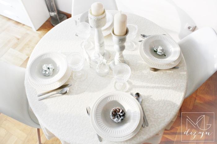 praznicna dekoracija stola ukrasi tanjiri case nova godina